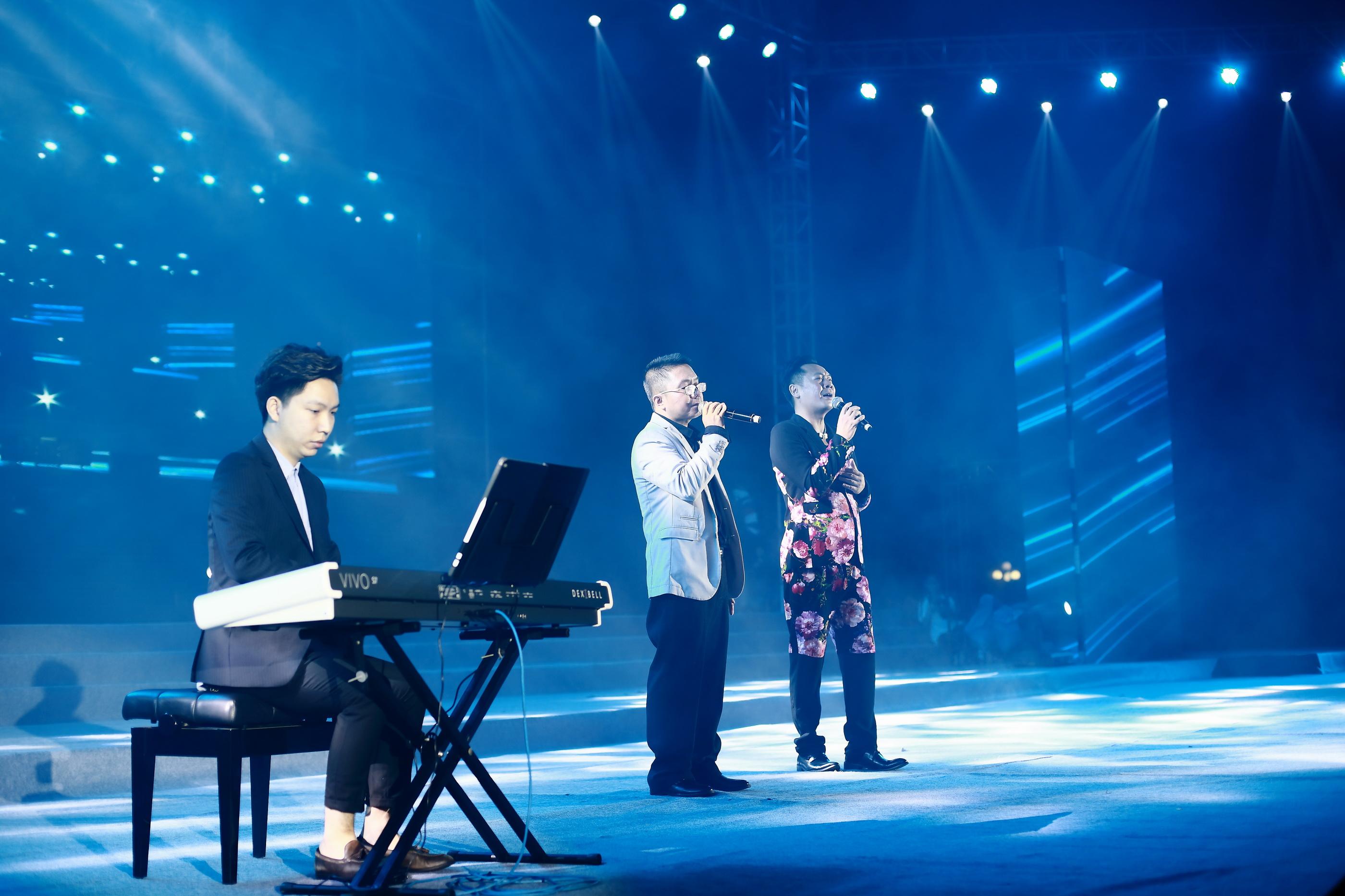 钢琴家区文翰现场演奏,助兴嘉宾合唱.JPG