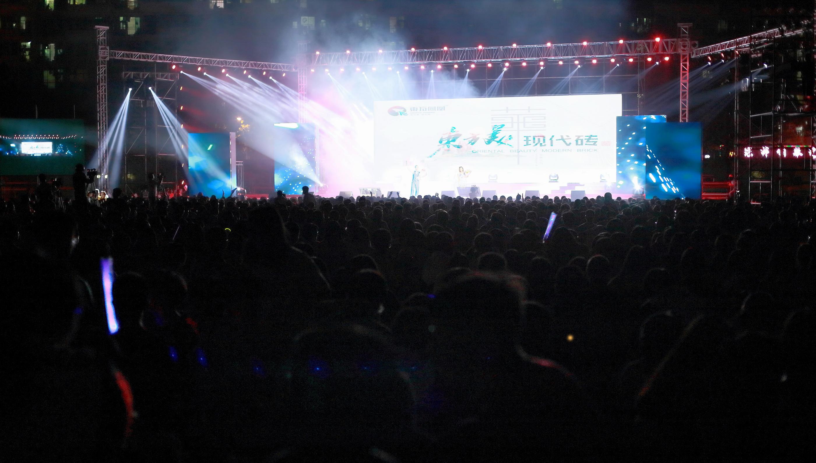 石门中学足球场上,热烈的2000多位师生观众.JPG